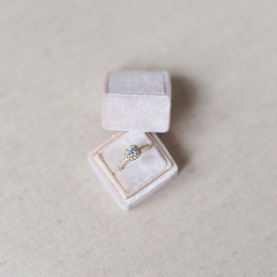 Unsere Treasured Ring Box in zartem blush, wunderschön festgehalten von Melanie Nedelko