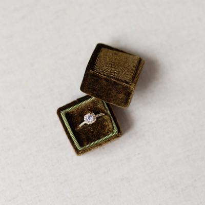 Unsere Treasured Ringbox in oliv, wunderschön festgehalten von Melanie Nedelko