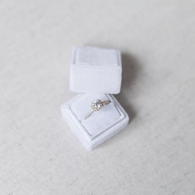 Unsere Treasured Ringbox in weiß, wunderschön gestgehalten von Melanie Nedelko